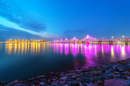 City of landmark buildings, modern bridge night view, China Nanchang Banque d'images