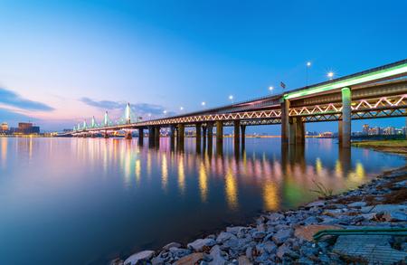 Città di edifici storici, vista notturna del ponte moderno, Cina Nanchang