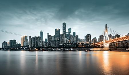 stadsgezicht en skyline van het centrum in de buurt van water van chongqing 's nachts