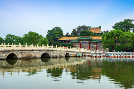 Seventeen hole bridge in the Summer Palace of Beijing, an example of classical Chinese architectural design Редакционное
