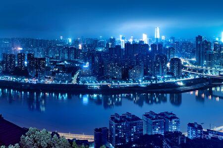 Wieżowiec górski w nocy, zachodnie miasto Chongqing w Chinach. Zdjęcie Seryjne