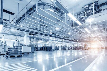Ligne de production automobile, les travailleurs qualifiés travaillent tendus. Banque d'images