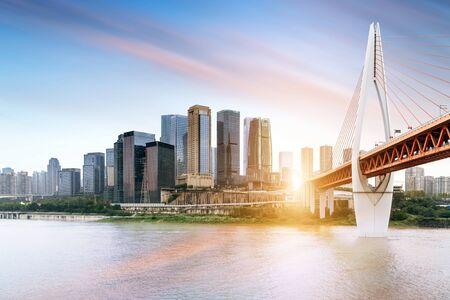 Horizon de la ville de Chongqing, ponts modernes et gratte-ciel.