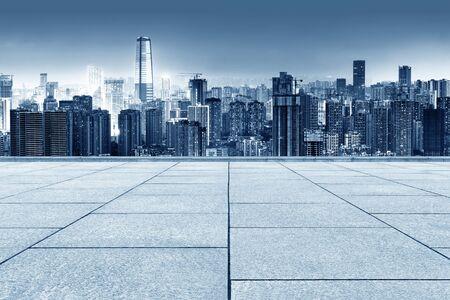 Orizzonte della città di Chongqing, ponti moderni e grattacieli.