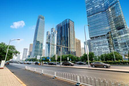 市内の高層ビルと高速車、北京、中国の都市景観。