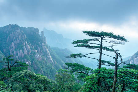Mountains and dark clouds in the mist, Jiangxi, China Stockfoto