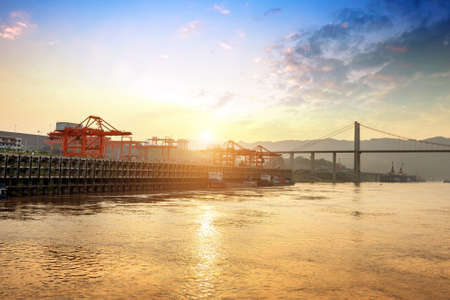 the yangtze river landscape in early morning, cargo crane on inland river wharf Stockfoto