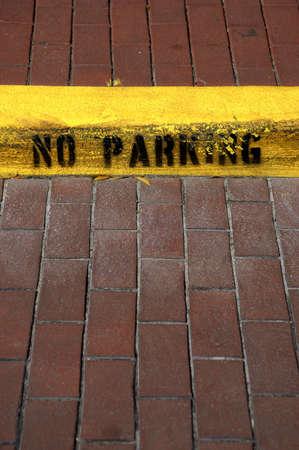 warden: No hay aparcamiento en el signo en el bordillo celebraci�n Florida Estados Unidos EE.UU. Foto de archivo
