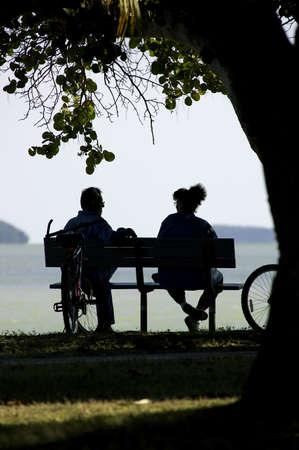 banc parc: Couple sur un banc de parc