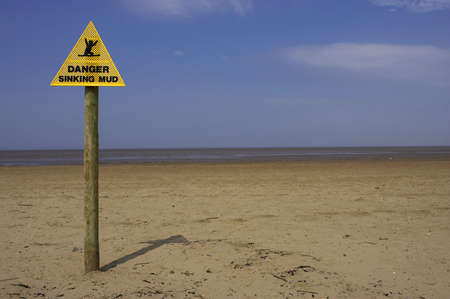 arenas movedizas: Peligro de hundimiento signo de barro, arena de playa punto Inglaterra Reino Unido