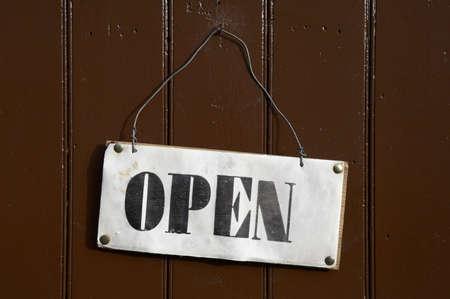cerrar la puerta: Abrir signo depositado en una puerta de madera pintada