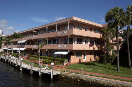 supposedly: Questo edificio in acqua davanti al nuovo fiume � presumibilmente l'inizio del 1970 condominio di vita in America, Fort Lauderdale Florida America Stati Uniti d'America adottate nel marzo 2006 Archivio Fotografico