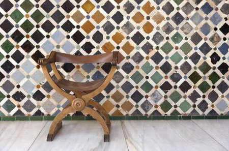 sedia vuota: sedia vuota nel patio de Comares Palacios Nazar�es Alhambra Palace Granada Spagna Andalucia prese nel mese di agosto 2006 Archivio Fotografico