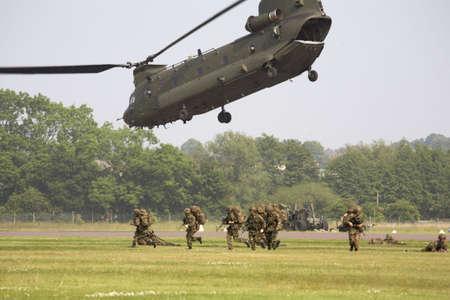 chinook: elicottero del chinook che airlifting le truppe allo shifnal Shropshire Inghilterra Regno Unito di cosford di RAF