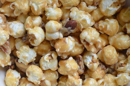 palomitas de maiz: Caramel Almond Popcorn close up