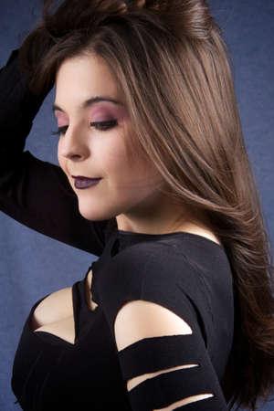 Retrato de una mujer bastante joven con el pelo largo