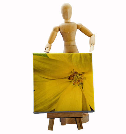 Hölzerne Puppe hinter ein Gemälde auf eine Staffelei
