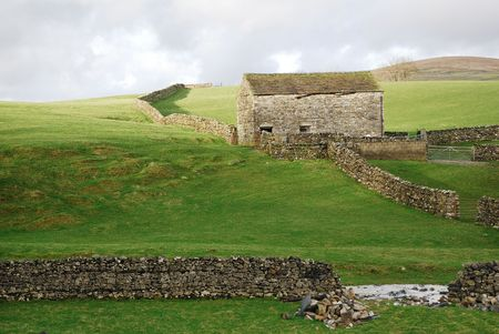 yorkshire dales: Antiguo granero construido en piedra y muros de piedra en el Yorkshire Dales.  Foto de archivo
