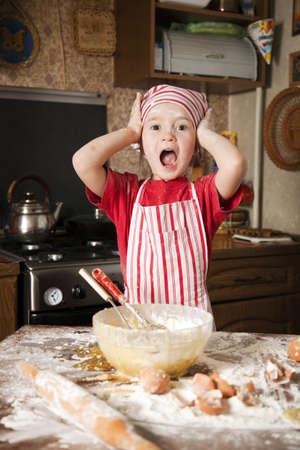 dirty girl: Little Chef in cucina con un grembiule e foulard