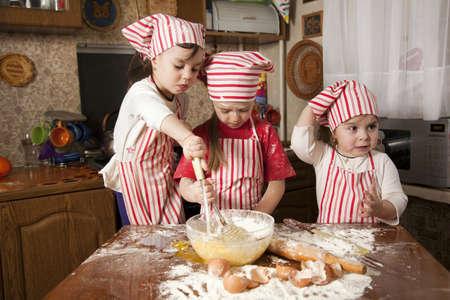 dirty girl: Tre piccoli cuochi godono in cucina a preparare le ragazze a Little Big Mess fare il pane in cucina