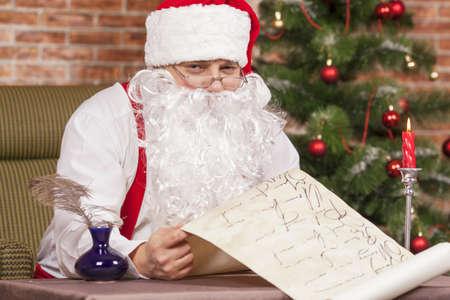 bounty: Papá Noel que comprueba su lista en el fondo del árbol de Navidad