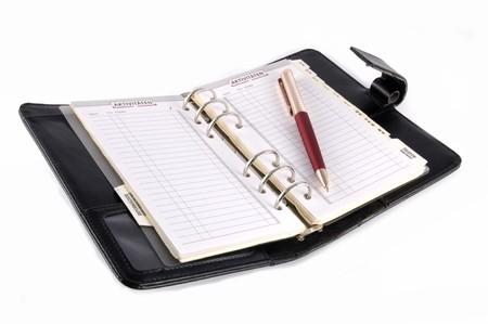 gestion del tiempo: Calendario de escritorio de cuero negro sobre blanco, aislados