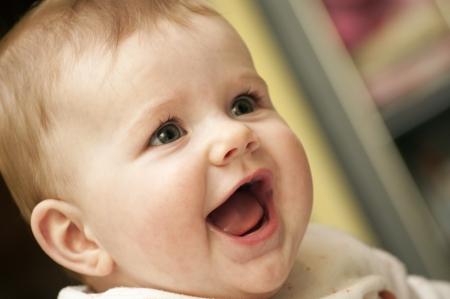 bebes recien nacidas: Baby Girl est� divirtiendo y riendo