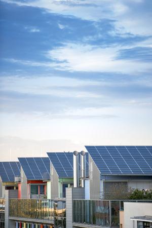 Einzelheiten zum Sunship (Sonnenschiff) in grüne Stadt, Freiburg. Die Solar Sunship ist in der Solarsiedlung Vauban in Freiburg, Schwarzwald, Deutschland. Es ist für seinen Einsatz alternativer und renewbale Energie bekannt. Standard-Bild