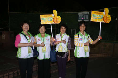 ascend: On October 20, 2015, Guangzhou, ascend the annual activity, volunteers in baiyunshan scenic spot, Guangzhou rubbish mountain environmental protection campaigns.