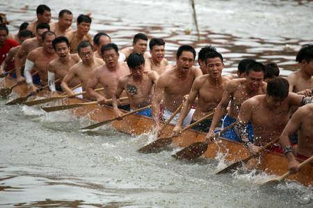 bateau de course: Dragon Boat Festival de bateau-dragon course Éditoriale