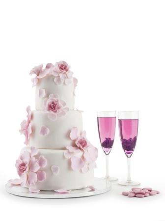 c�r�monie mariage: G�teau de mariage avec fl�te de champagne isol� sur fond blanc Banque d'images