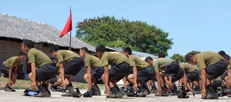 batallón: Un grupo de jóvenes reclutas millitary el desempeño de sus ejercicios Editorial