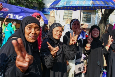 insurgency: Manila, Philippines - October 15, 2012: Filipino Muslim rally near the presidential palace as a peace pact is  signed between the Philippine government and the secessionist Moro Islamic Liberation Front (MILF), the largest Muslim insurgency  in Mindanao.