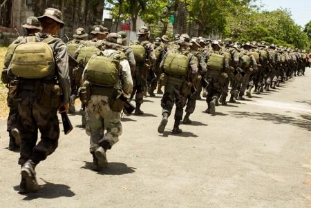 batallón: FORT STO. DOMINGO, STA ROSA CIUDAD, LAGUNA EL 10 DE ABRIL de 2013: Los participantes del programa de curso de comando durante un ejercicio de rutina que tuvo lugar en la escuela especial de Acción de Fort Sto.Domingo, Filipinas.