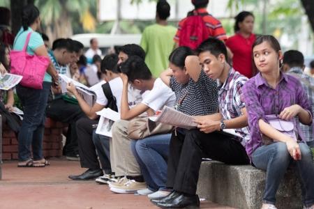 Qurino Grandstand, Manila- 2013 년 6 월 14 일 : 필리핀이 필리핀에서 가장 빠르게 성장하는 경제를 가지고 있음에도 불구하고 실업률은 변하지 않습니다.