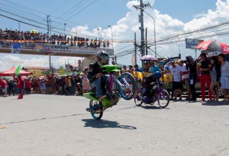 drag race: Iligan City, Filipinas, septiembre 22,2013 Como parte de la ciudad de celebraci�n cultural mes de duraci�n anual llamado Diyandi Festival, una taza de Alcaldes motocycle arrancones tem�tica primera competencia Coma mi polvo VI tiene lugar en la carretera Tambo de la ciudad Editorial
