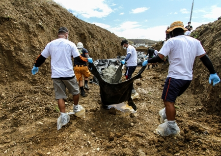identified:   A total of 393 cadavers, in black bags, were laid in a mass grave nearby a public cemetery in the northern part of the city in the aftermath of typhoon Haiyan  Only 10-15 percent of the bodies were identified  Editorial