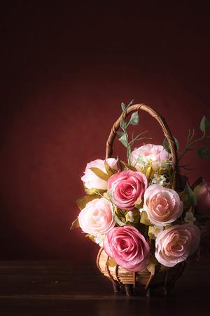 canasta de frutas: Naturaleza muerta con rosas en el escritorio de madera de �poca