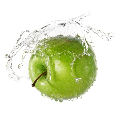 manzana agua: Manzana verde en las salpicaduras de agua aisladas sobre fondo blanco