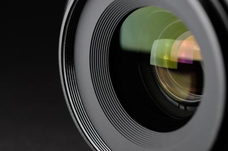 camara de cine: Lente de la c�mara primer plano sobre fondo negro Foto de archivo