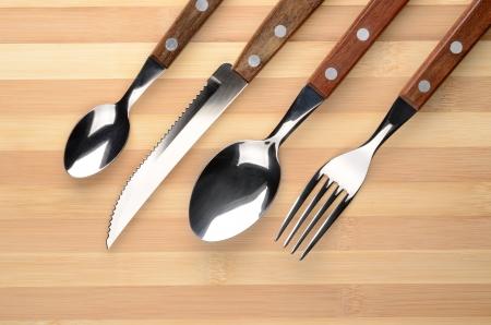 couteau fourchette cuill�re: Set de couverts sur une table en bois couteau, fourchette, cuill�re