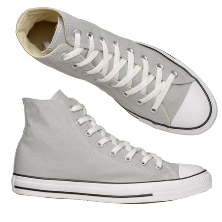 escarpines: Zapatillas de deporte grises aislados en fondo blanco Foto de archivo