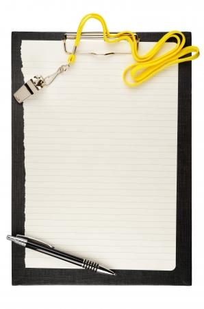 Portapapeles con el metal del deporte silbato, la pluma y la hoja de papel Foto de archivo