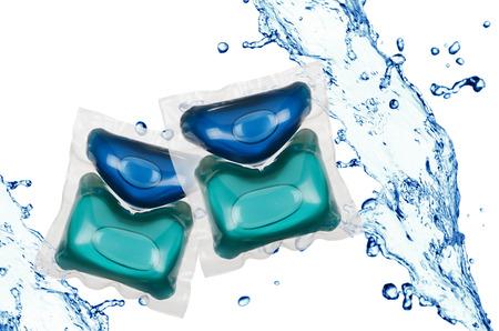 Gel wasgoed capsules in water splash andere witte achtergrond
