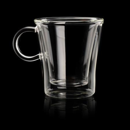 taza cafe: Vaciar transparente taza de caf� espresso sobre fondo negro Foto de archivo