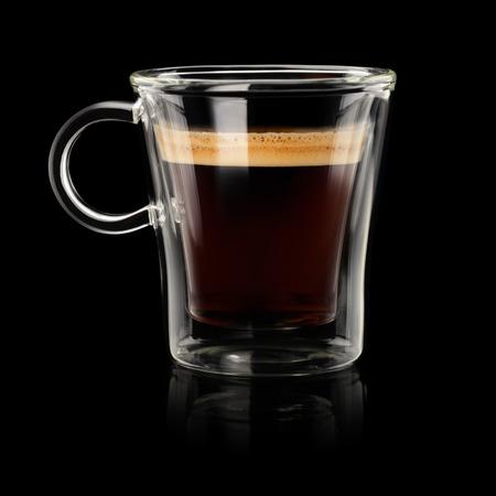 copa: Café doppio espresso o lungo en taza transparente sobre fondo negro