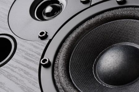 Multimedia-Lautsprechersystem mit verschiedenen Referenten Nahaufnahme auf schwarzem Hintergrund Standard-Bild - 46271787