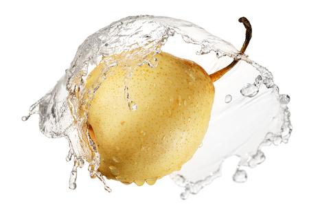 pera: Pera amarilla en chapoteo del agua aislado en el fondo blanco con trazado de recorte