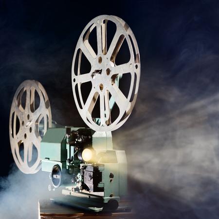El proyector de película retro viejo de humo y haz de luz