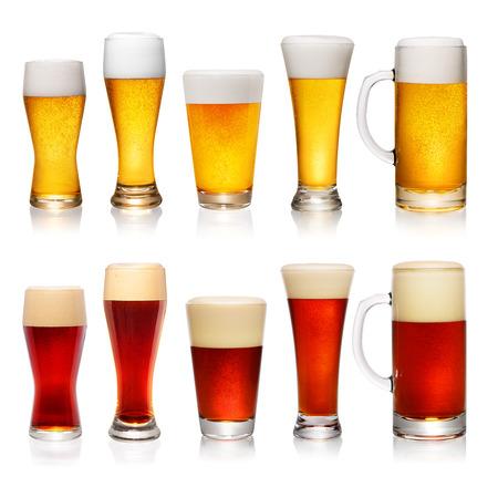 vasos de cerveza: Conjunto de diferentes tazas y vasos de cerveza aisladas sobre fondo blanco